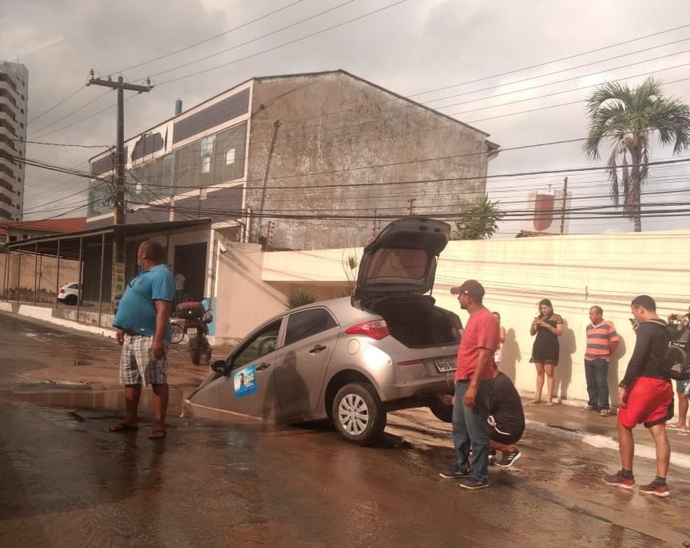 Motorista só conseguiu sair pela mala do veículo. — Foto: Divulgação