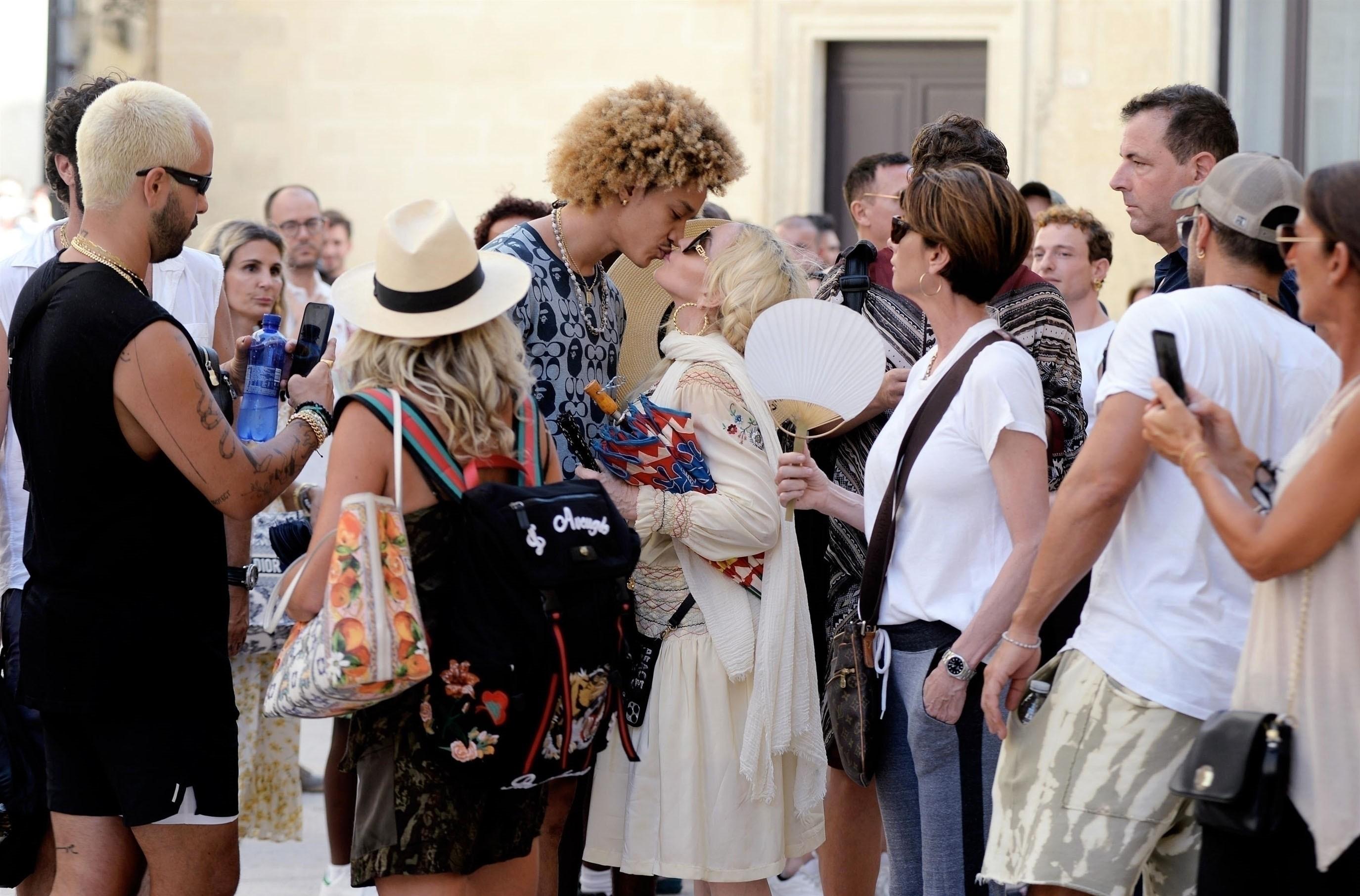 Madonna beija o namorado, Ahlamalik Williams, na Itália (Foto: The Grosby Group)