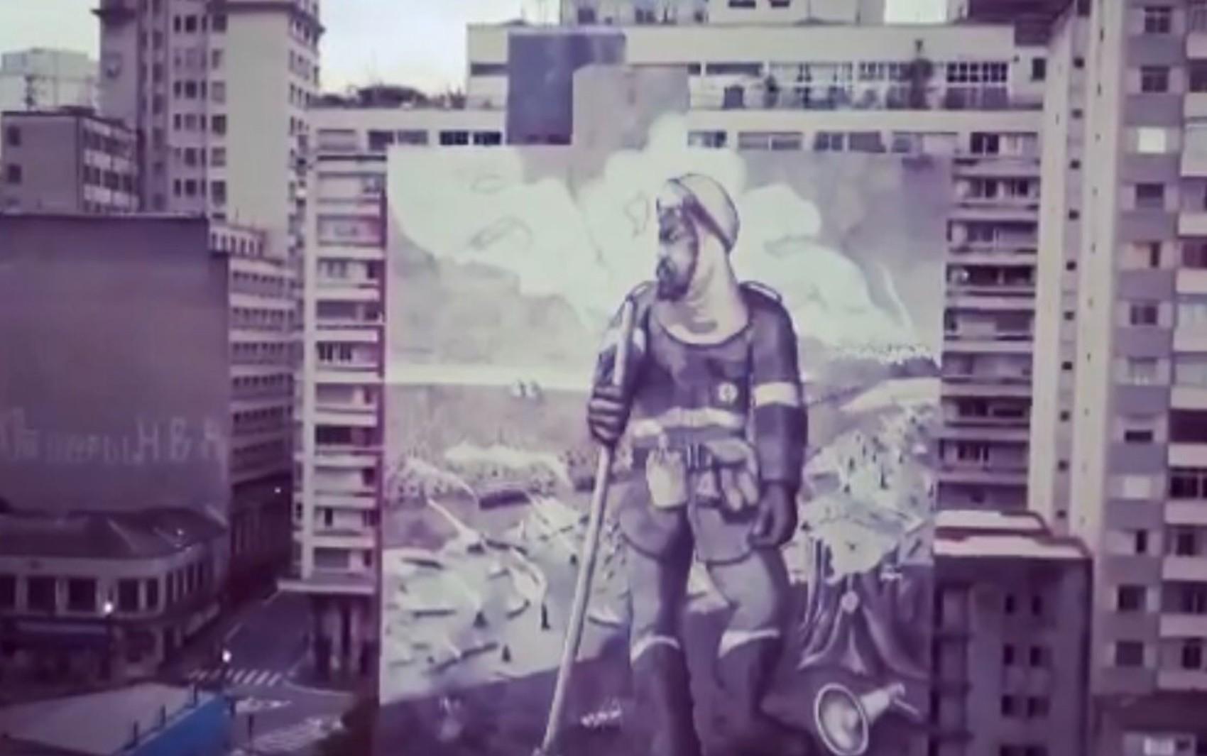 Cinzas do incêndio que destruiu parte da Chapada dos Veadeiros são usadas em pintura gigante no Centro de SP