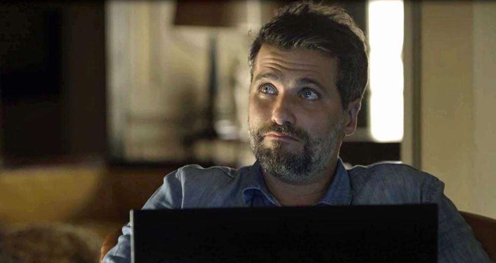 Gabriel (Bruno Gagliasso) diz a Murilo (Eduardo Moscovis) que não sabe o que fazer em relação a Luz (Marina Ruy Barbosa), em 'O Sétimo Guardião' — Foto: TV Globo