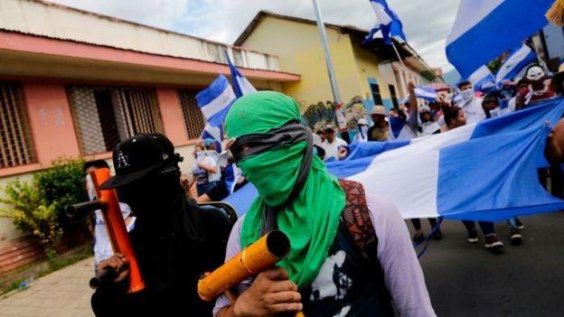 Manifestantes na Nicarágua, onde a repressão já provocou mais de 300 mortes (Foto: Getty Images via BBC News Brasil)