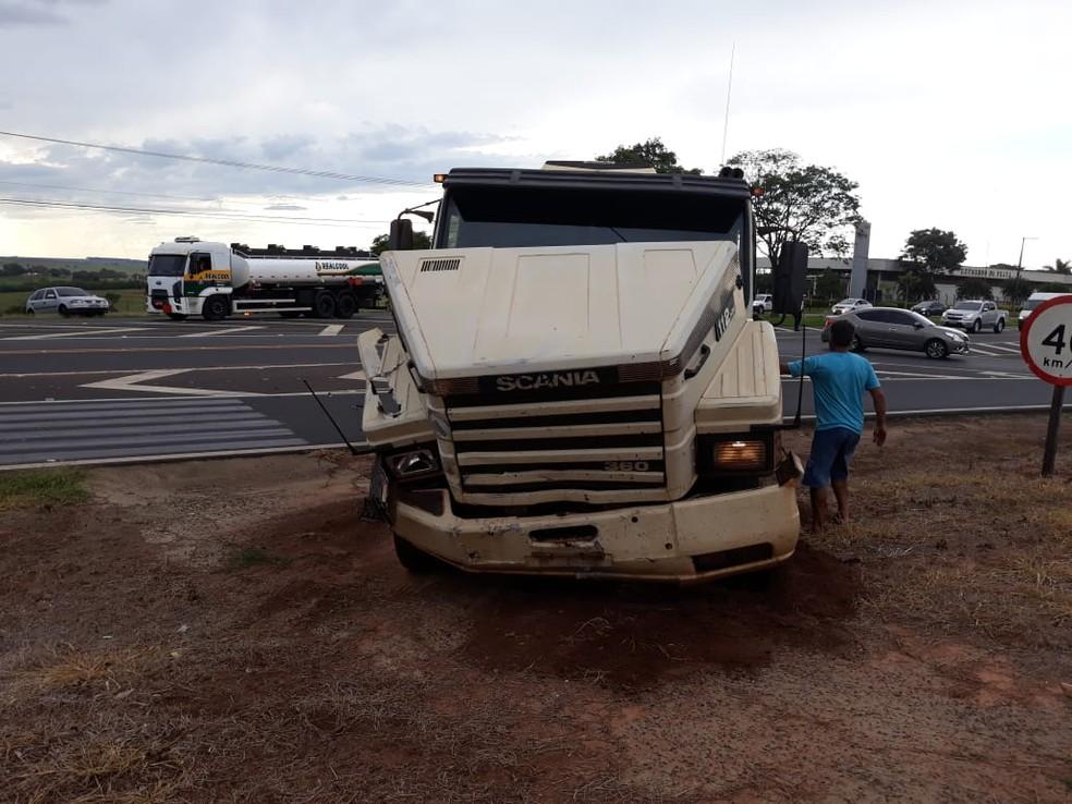 Carro atingiu a carreta na Comandante João Ribeiro de Barros em Tupã  — Foto: João Trentini / Divulgação