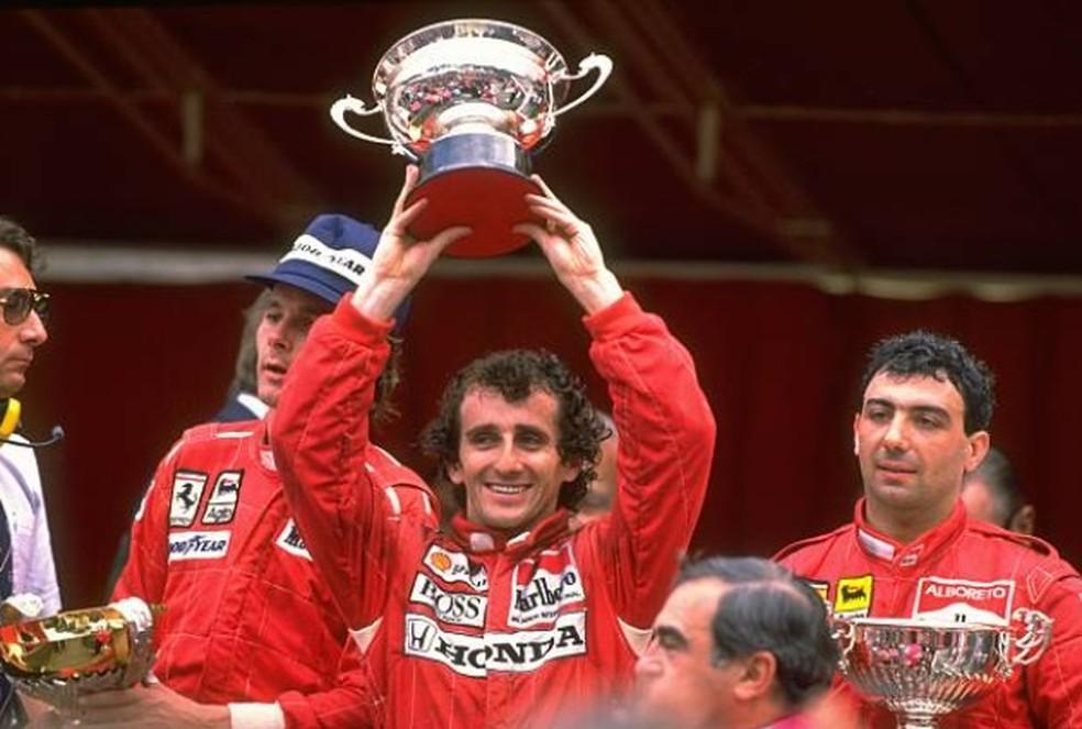 Prost comemora a vitória em Mônaco, em 1988 (Foto: Getty Images)
