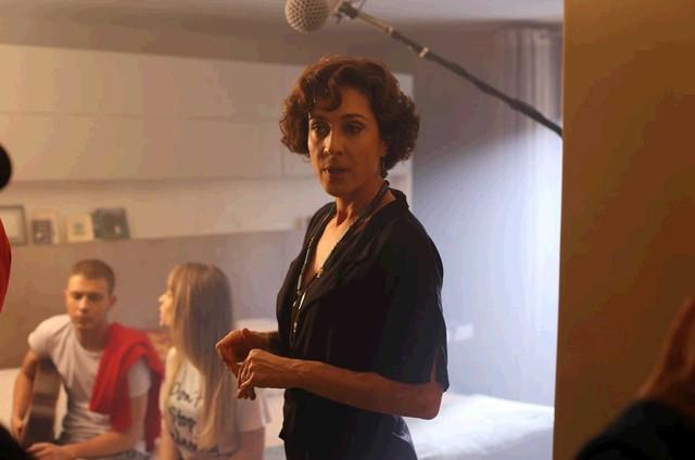 Cynthia Benini nas gravações do filme 'O garoto do cachecol vermelho' (Foto: Divulgação)