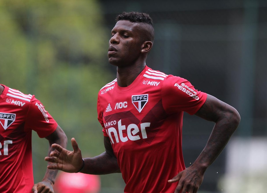 São Paulo multa Arboleda por ter vestido camisa do Palmeiras