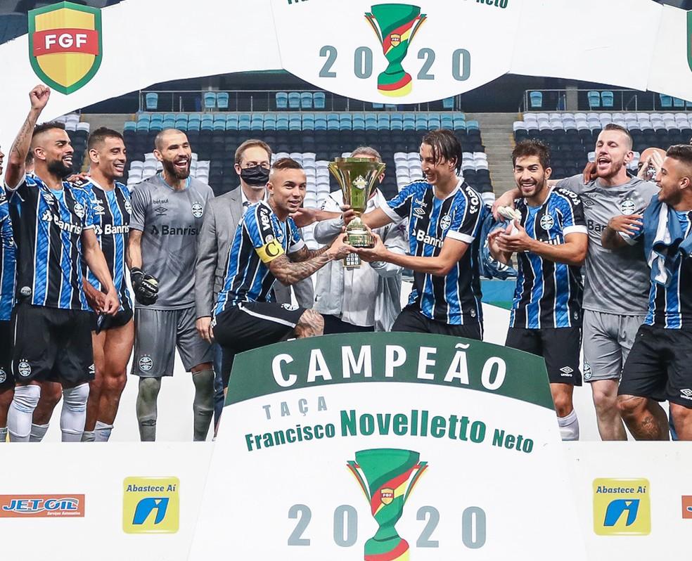 Everton recebe de Geromel troféu do segundo turno do Gauchão — Foto: Lucas Uebel / Grêmio FBPA