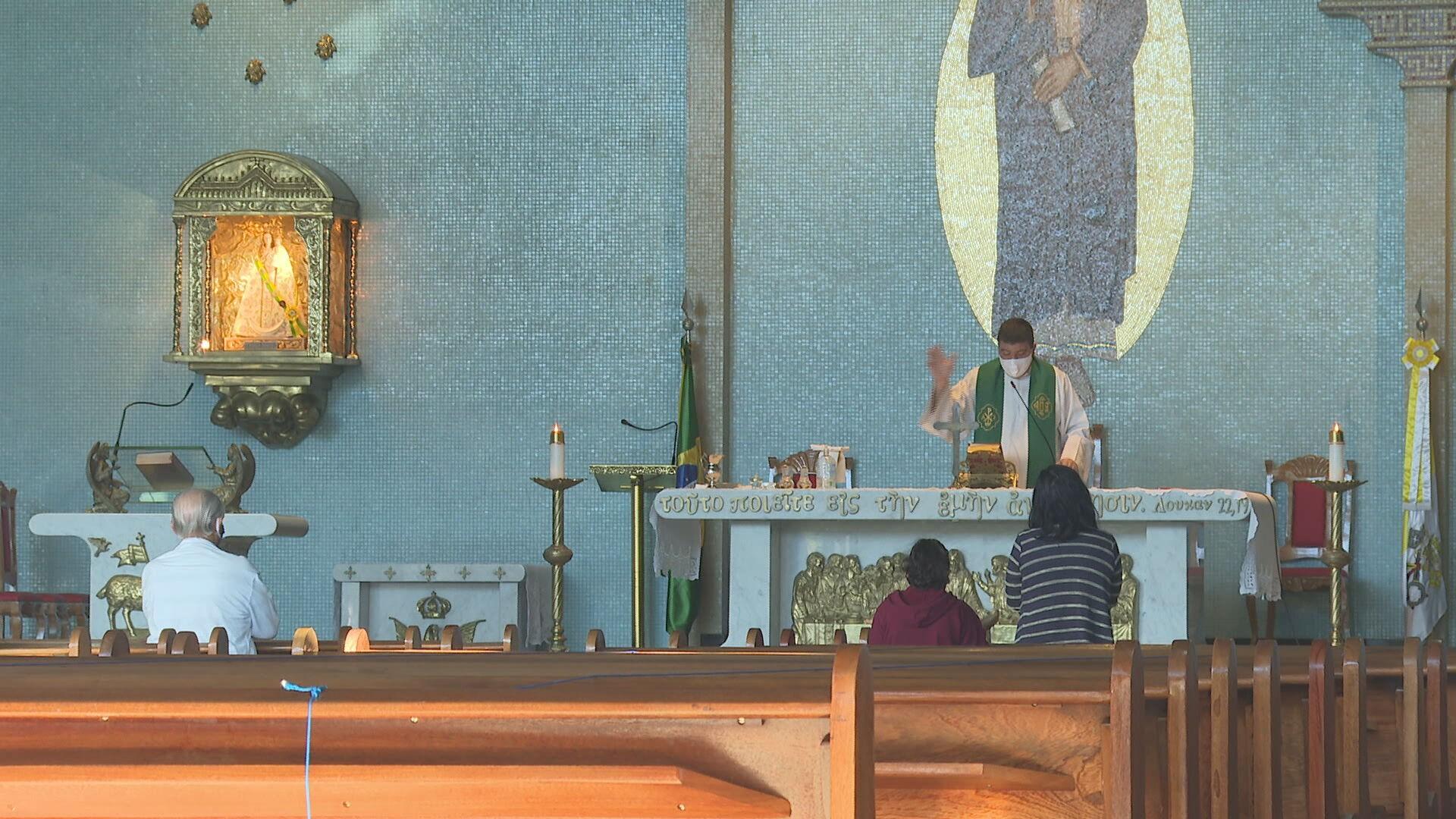 Decreto libera acesso de idosos em cultos e missas no DF