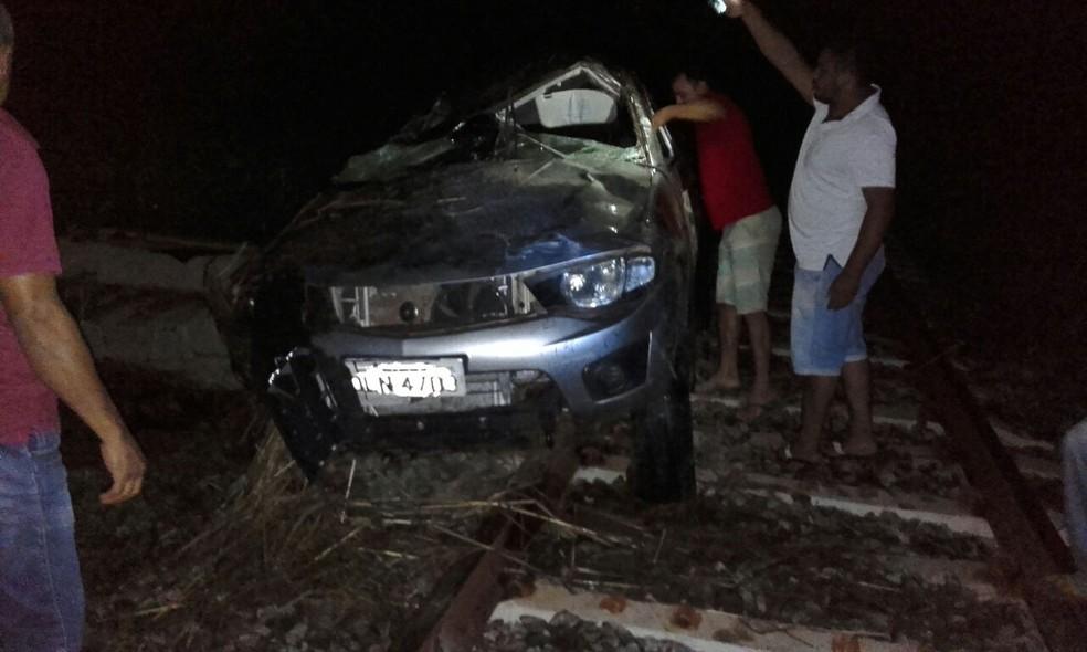 Caminhonete foi parar nos trilhos do trem após capotar (Foto: Elder Silva/Divulgação)