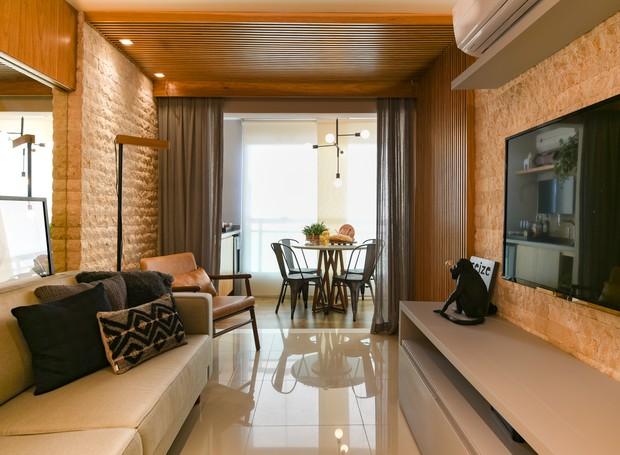 Livre de paredes e divisórias, a área social do apartamento de 49 m² começa na cozinha e passa pela sala e pelo canto de leitura até chegar à varanda com vista para o mar de São Luís (Foto: Laura Sá/Divulgação)
