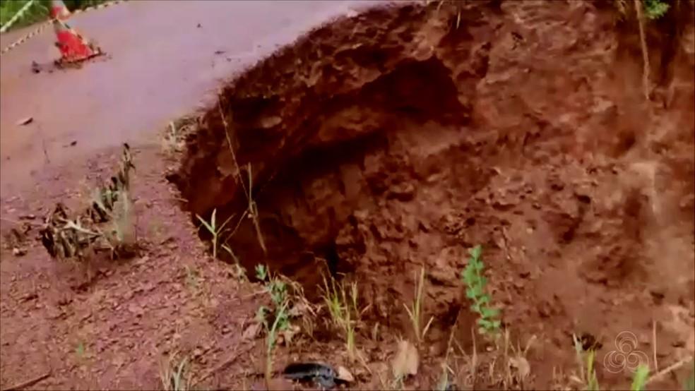 Cratera na BR-156 causada pela força das chuvas — Foto: Rede Amazônica/Reprodução