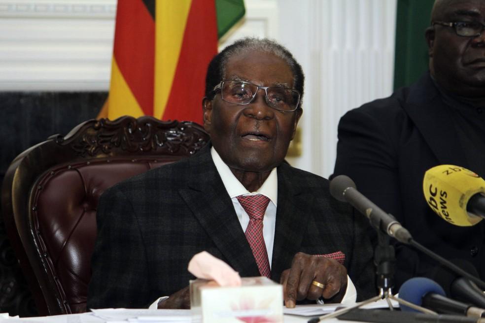 Presidente do Zimbábue, Robert Mugabe, durante seu discurso transmitido pela televisão, neste domingo (19) (Foto: AP Photo)