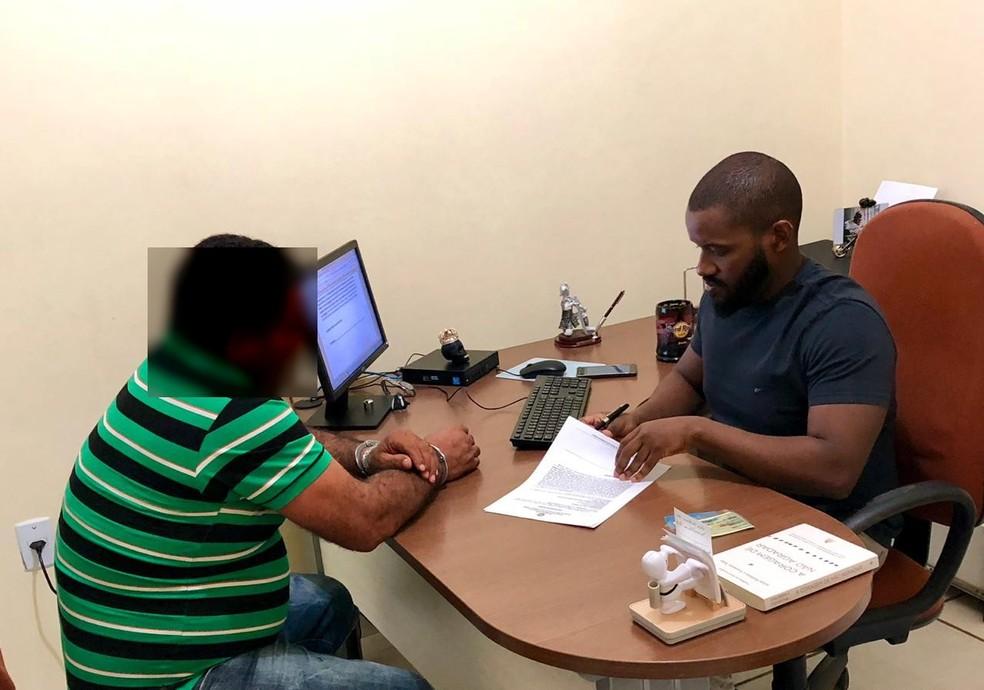 Comerciante foi ouvido pelo delegado Samuel Mendes e preso preventivamente pela polícia — Foto: Divulgação/Polícia Civil do Acre