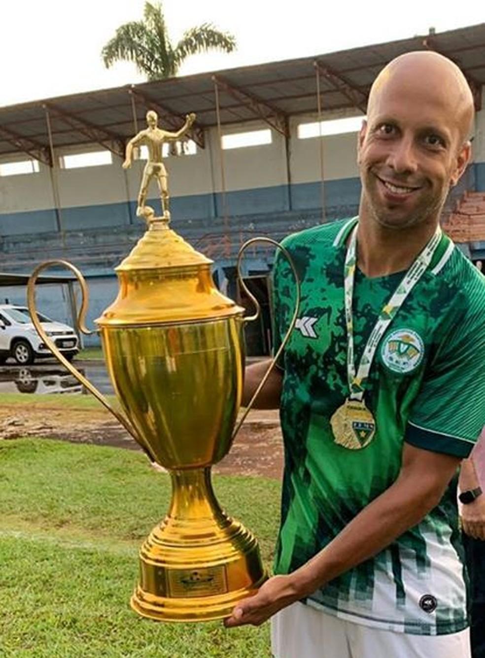 Rafael Akai levanta a taça da divisão de acesso do Mato Grosso do Sul com a Pontaporanense — Foto: Rafael Akai/Cedida