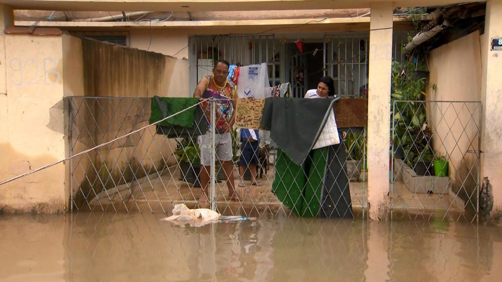 Água entrando dentro de casa em Vila Velha, no Espírito Santo, na manhã deste sábado (10) — Foto: Fabrício Christ/ TV Gazeta