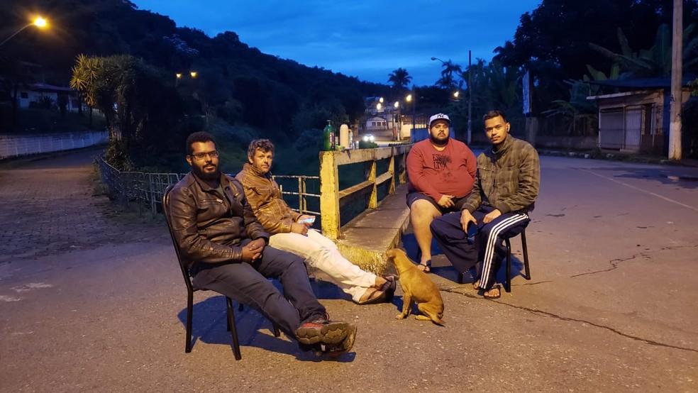Moradores de Barão de Cocais passam madrugadas vigiando nível do Rio São João depois que barragem entrou em nível de alerta — Foto: Danilo Girundi/TV Globo