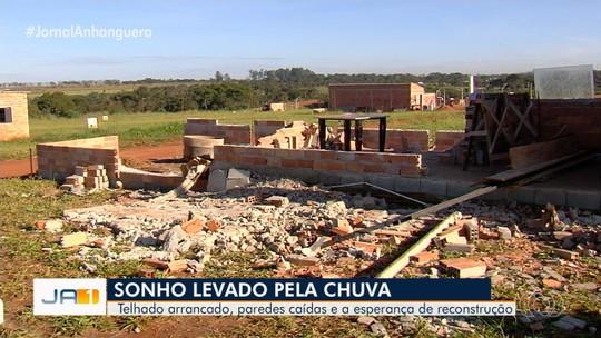 Família pede ajuda após casa em construção desabar por causa da chuva, em Senador Canedo
