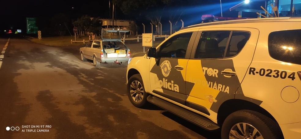 Droga estava no banco traseiro e no porta-malas coberta com panos — Foto: Polícia Militar Rodoviária/Divulgação
