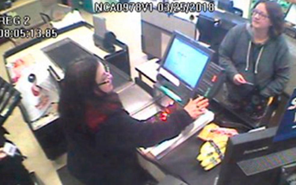 Imagem de uma câmera de segurança, registrada em 25 de março, mostra Jennifer Hart (à direita), em uma loja em Fort Bragg, na Califórnia (Foto: Courtesy of California Highway Patrol via AP)
