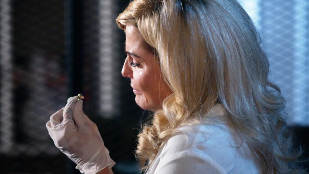 Alexia (Deborah Secco) fica emocionada ao encontrar anel em 'Salve-se Quem Puder' — Foto: Globo