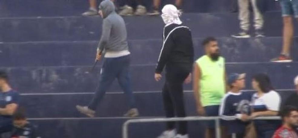 Barrabravas com facas durante jogo na Argentina — Foto: Reprodução / TyC sports
