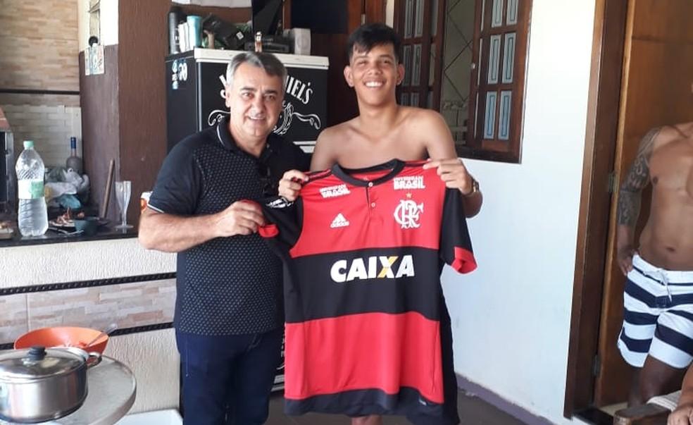 Edson Moretti ao lado de Pablo Ruan: garoto chegou ao Flamengo em setembro de 2018 — Foto: Arquivo Pessoal