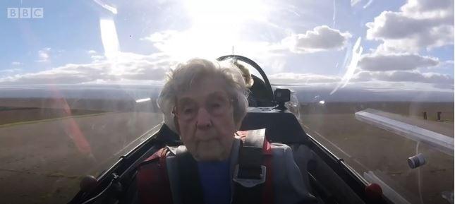 O emocionante voo de planador de mulher quase centenária (Foto: Reprodução/BBC News Brasil)