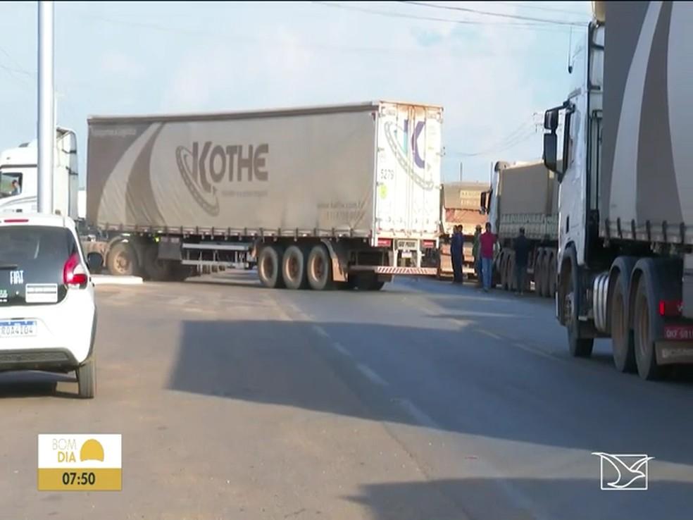 Caminhoneiros pedem a redução de impostos sobre o preço dos combustíveis em protesto realizado na BR-230 no Sul do Maranhão — Foto: Reprodução/TV Mirante