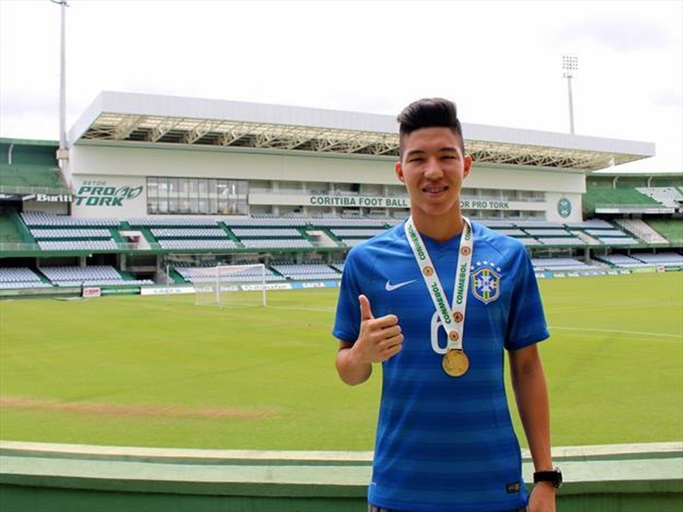 Kazu com a medalha do Sul-Americano sub-15 no Couto Pereira — Foto: Divulgação/Coritiba
