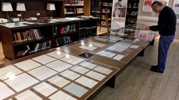 A coleção agora faz parte do arquivo de mais de 80 mil itens públicos do arquivo de Albert Einstein  (Foto: AFP/via BBC News Brasil)