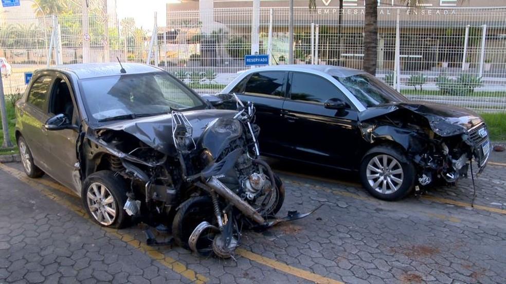 Carros envolvidos no acidente na Terceira Ponte — Foto: Reprodução/TV Gazeta