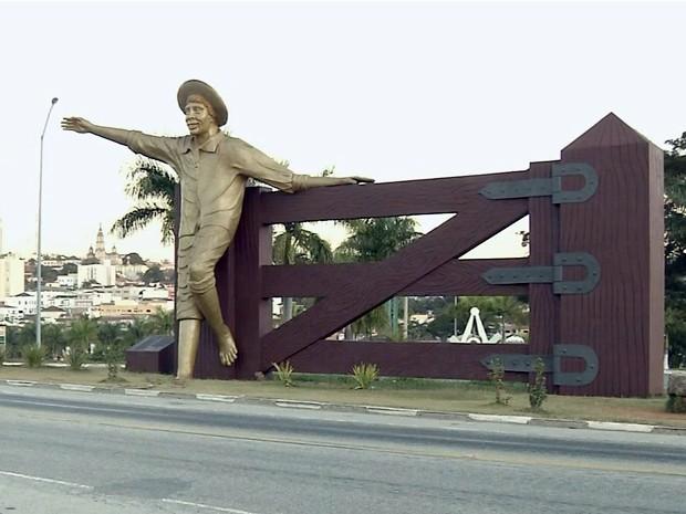 'Menino da Porteira' recebe moradores e turistas na entrada de Ouro Fino, MG (Foto: Reprodução EPTV)