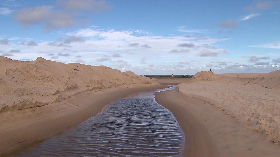 Canal direciona água da chuva para o mar em Enseada dos Corais, no Grande Recife — Foto: Reprodução/TV Globo