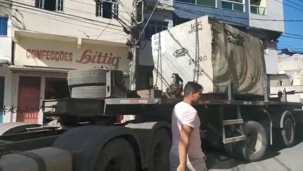 Carros pesados têm tirado o sossego dos moradores do local  — Foto: Reprodução/TV Gazeta