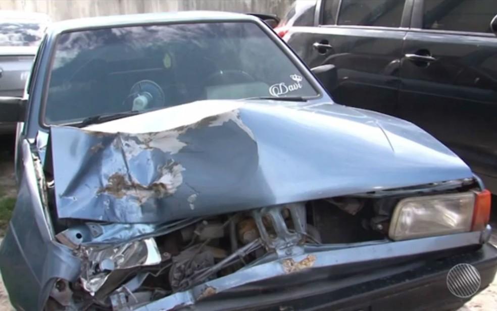 Carro ficou com a parte da frente destruída após bater na motocicleta em que os jovens estavam — Foto: Reprodução/TV Santa Cruz