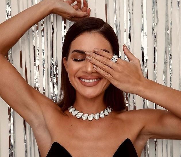 A influencer Camila Coelho combina joias chamativas com unhas nude. (Foto:  (Foto: Reprodução/camilacoelho))
