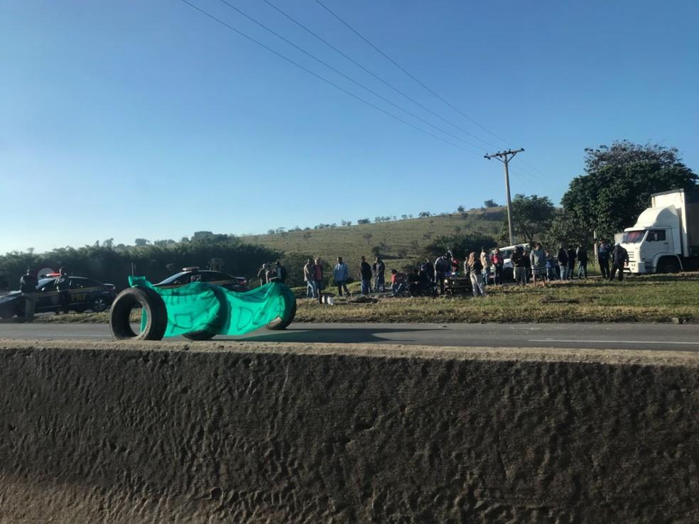 Protesto fechou parcialmente a Dutra em Pinda; lentidão afeta motoristas no trecho de Taubaté (Foto: Talita França/TV Vanguarda)