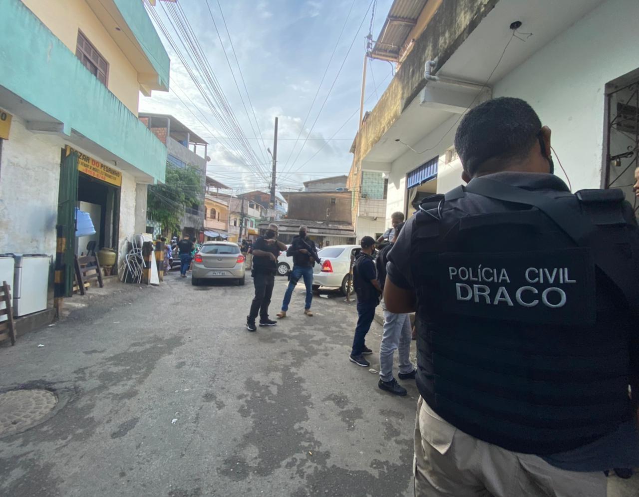 Locais apontados como pontos de vendas de entorpecentes são alvos da operação da polícia no bairro de Pernambués