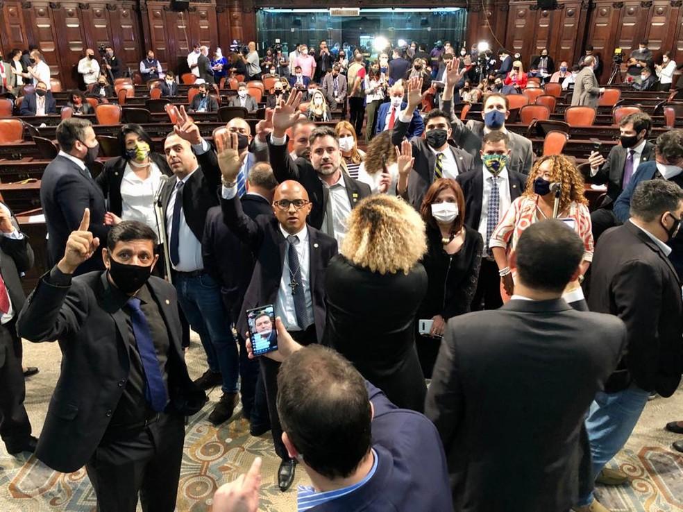 Deputados pedem para discursar após votação do impeachment de Witzel na Alerj — Foto: Rafael Wallace/Alerj/Divulgação