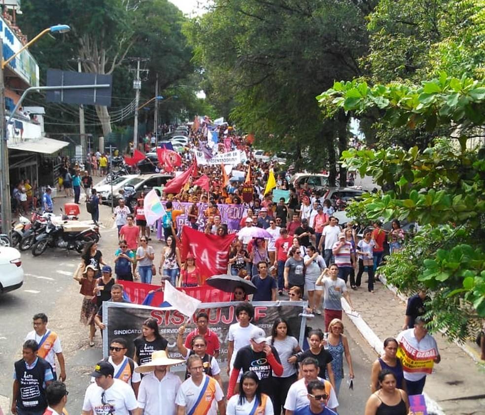 TERESINA, 10h16: Manifestante passando em frente ao Shopping da cidade no Centro  — Foto: Andrê Nascimento/G1