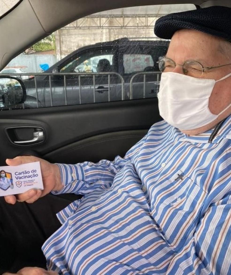 Monsenhor Delfino Barbosa Neto toma primeira dose da vacina contra Covid-19 em Maceió — Foto: Reprodução/Instagram