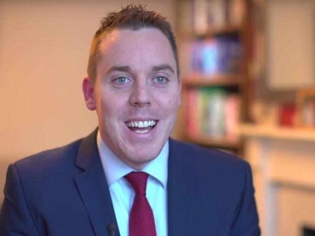 Colin Hegarty do Reino Unidos, faz vídeos para reforçar o conteúdo da matemática (Foto: Reprodução Global Teacher Prize/ Youtube)