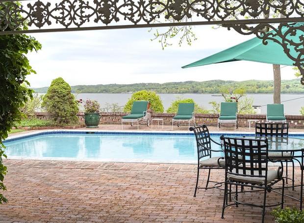 A piscina tem vista para o lago Hudson (Foto: Ellis Sotheby's International Realty/ Reprodução)