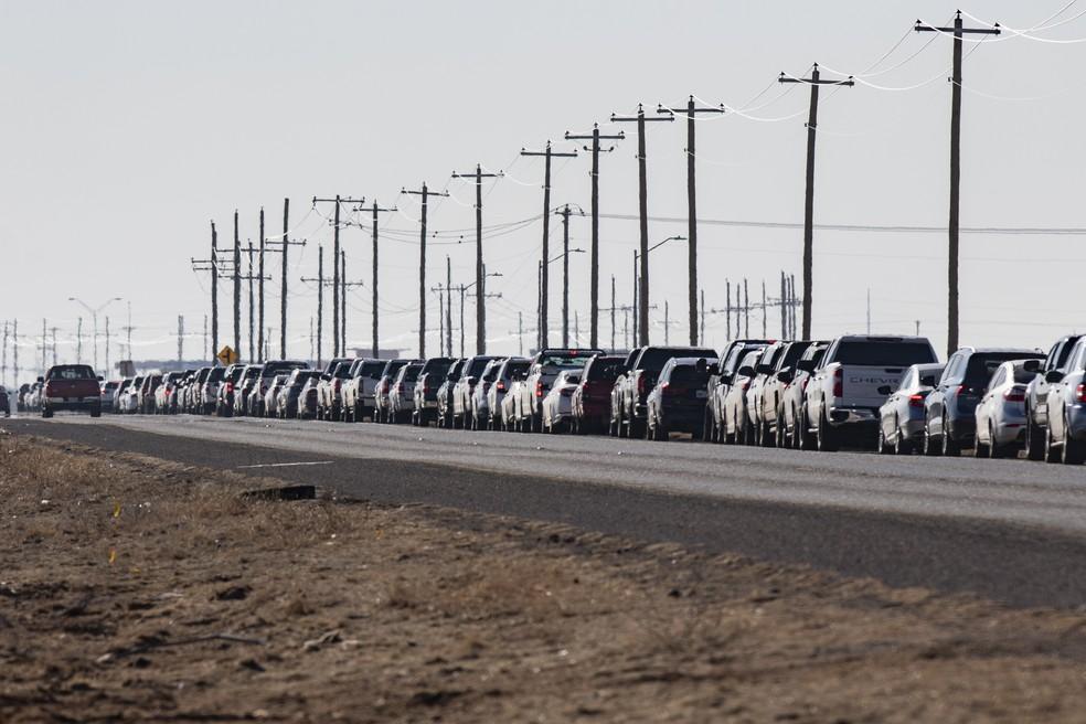 Motoristas aguardam no acostamento de rodovia para receber a segunda dose da vacina da Pfizer contra a Covid-19 em Odessa, no Texas, na terça (2) — Foto: Jacob Ford/Odessa American via AP