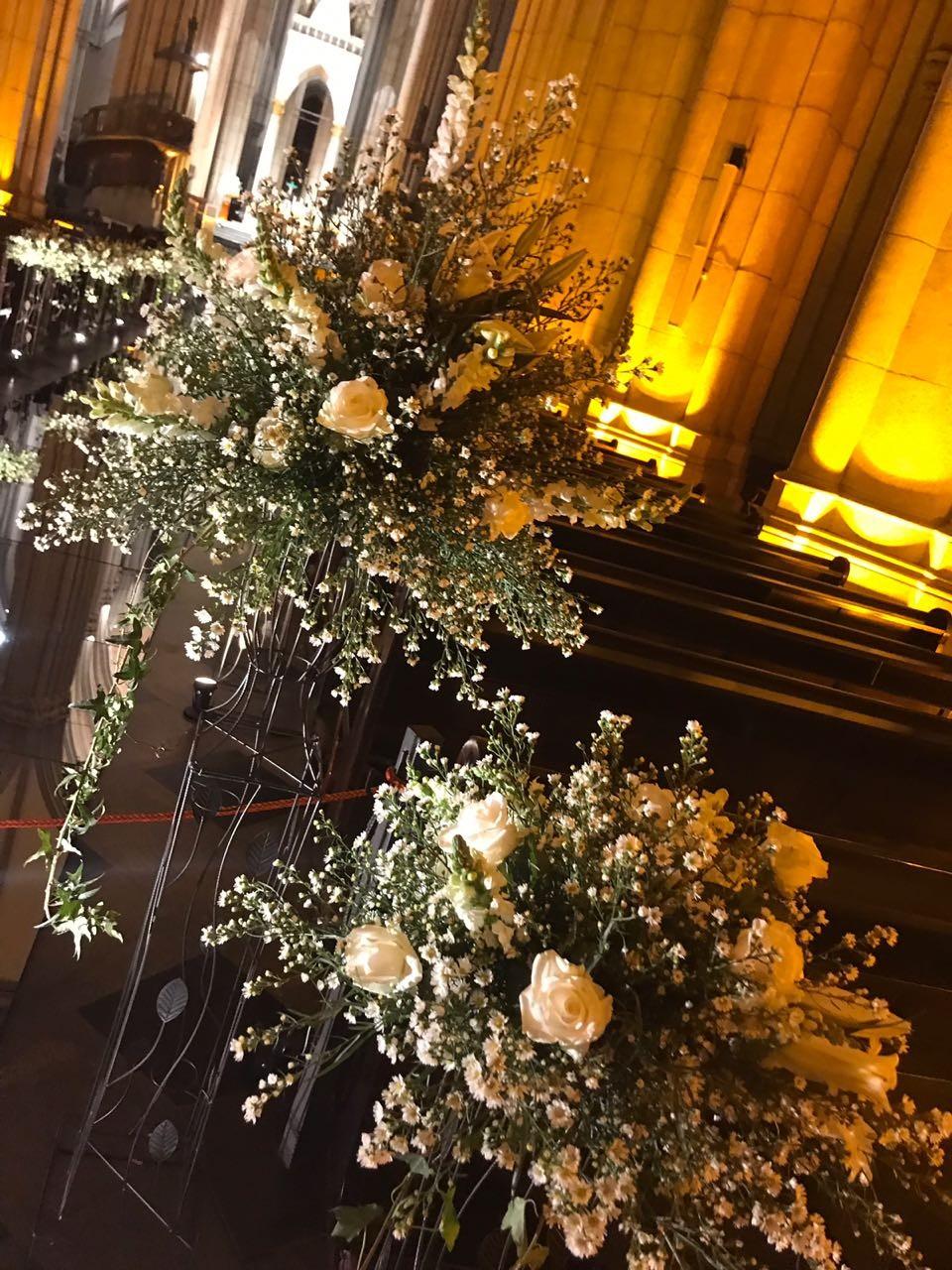 A decoração da igreja com flores e velas brancas (Foto: Reprodução)