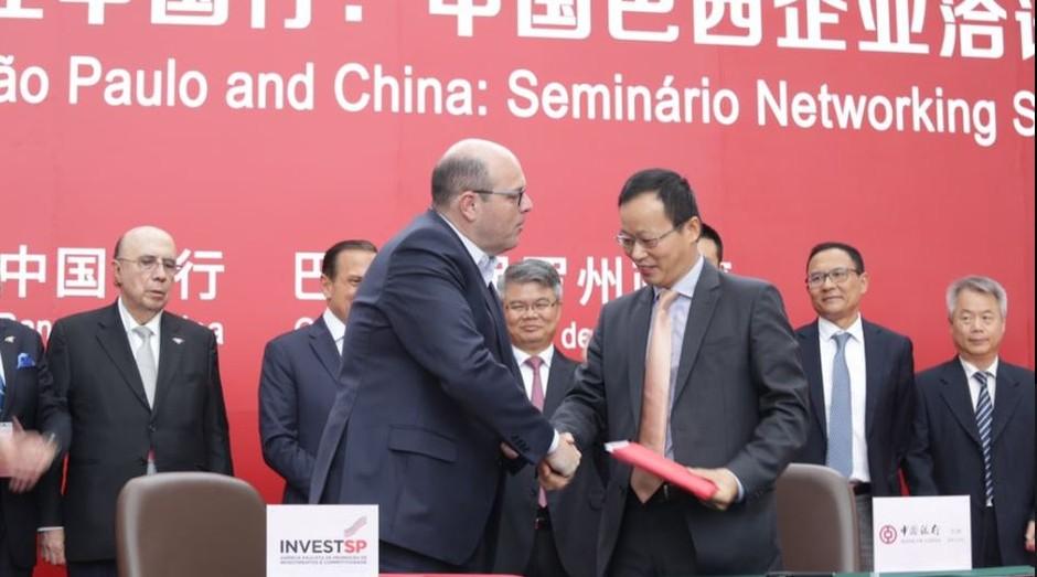 O presidente da InvestSP e o presidente do Bank of China no Brasil assinam acordo de cooperação (Foto: InvestSP/Twitter)