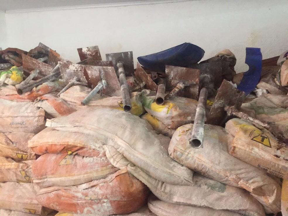 Bandidos tinham ferramentas e pretendia chegar ao cofre usando macaco hidráulico, diz polícia — Foto: Graziela Rezende/G1 MS