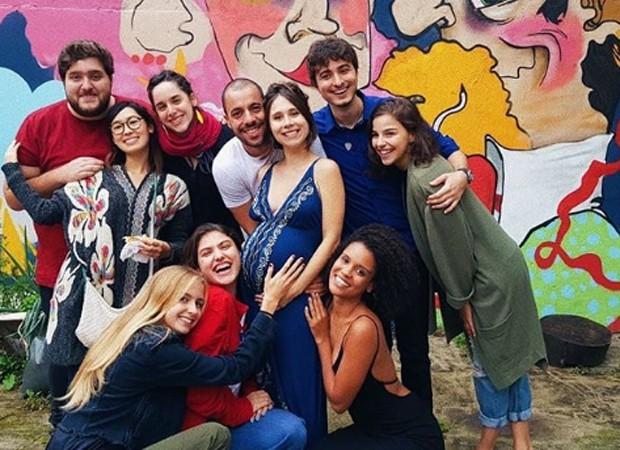 Grávida, Daphne Bozaski posa ao lado de colegas de Malhação (Foto: Reprodução/Instagram)