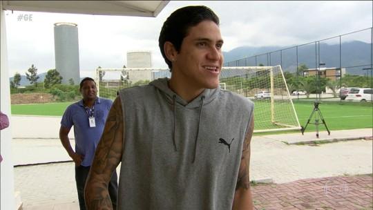 Após cirurgia, Pedro visita companheiros no Fluminense