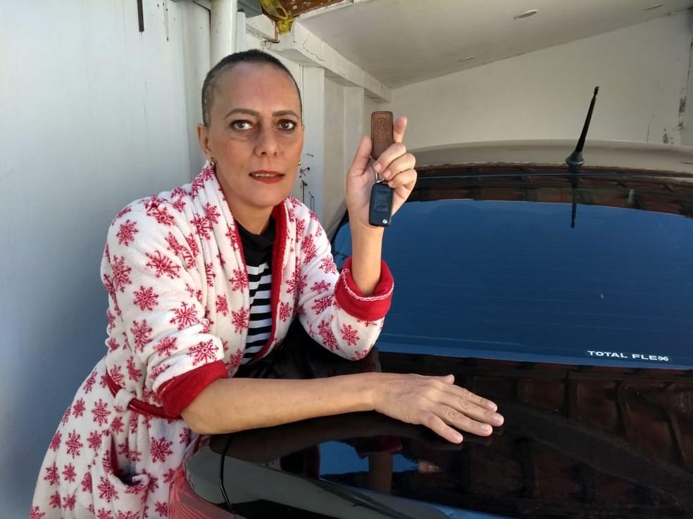 Margarete Mormul recebeu o carro de volta após rifar o veículo — Foto: Marcelino Barbosa/RPC