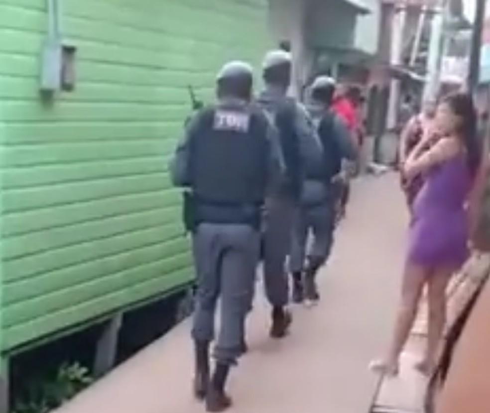 PM iniciou buscas na área onde menina foi baleada  — Foto: Reprodução